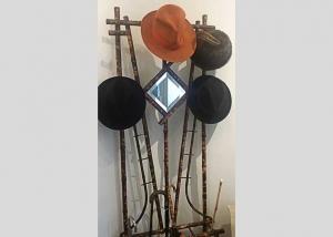 Sombrerera modernista francesa en bambú