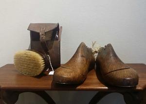 Hormas zapatos y estuche con cepillo