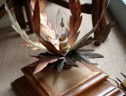 Lámpara de mesa francesa años 50′. Hojas de cobre