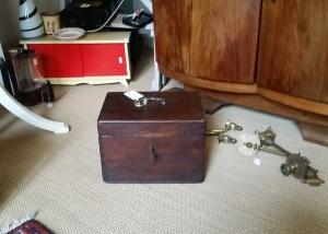 Cofre de roble con su llave original. Francia. Art Nouveau.